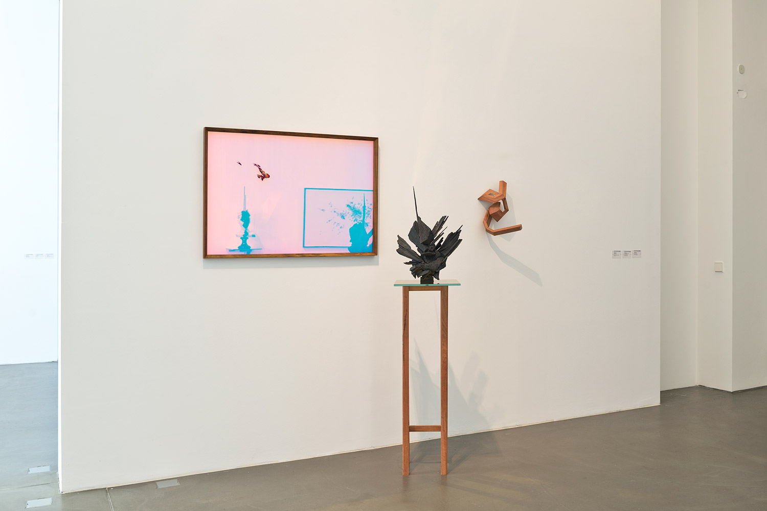 ... Installation View (LTR: Untitled, 2017, 103x73 Cm, Wood, Oil Paint,  Glass, Dichroic Film; Prism 26 (Estatic), 2016, Ed. Of 5+2AP, 54x36x16 Cm,  Bronze, ...